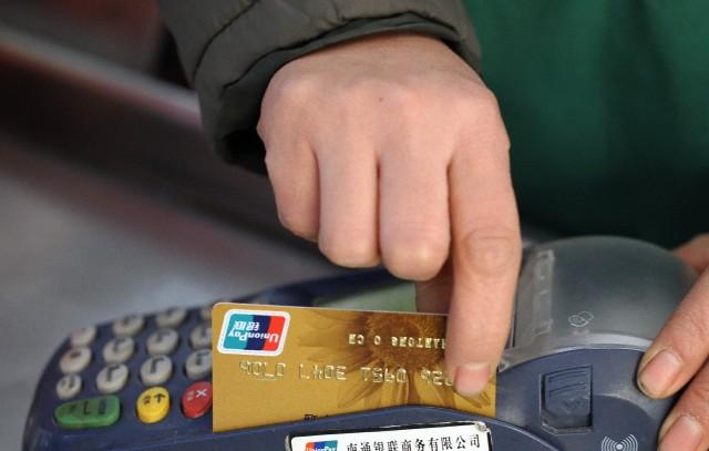 Retail eyes gains from bank card fee cut